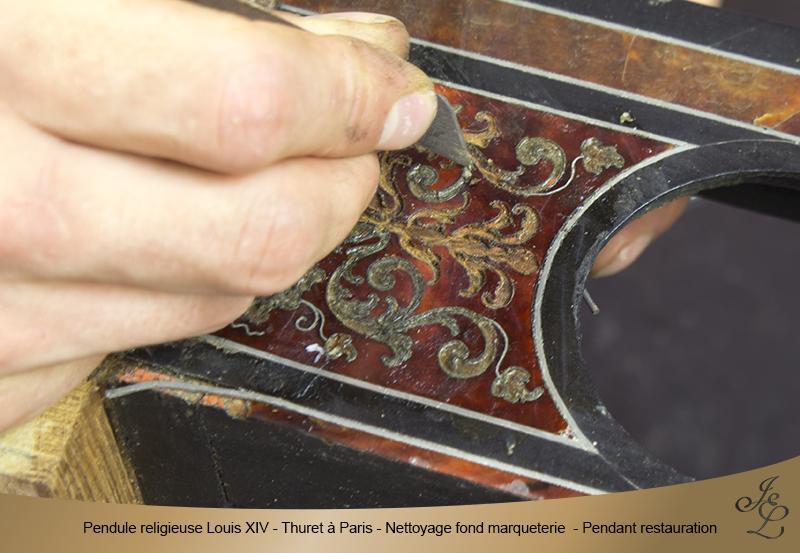 11-Pendule religieuse Louis XIV - Thuret à Paris - Nettoyage fond marqueterie - Pendant restauration