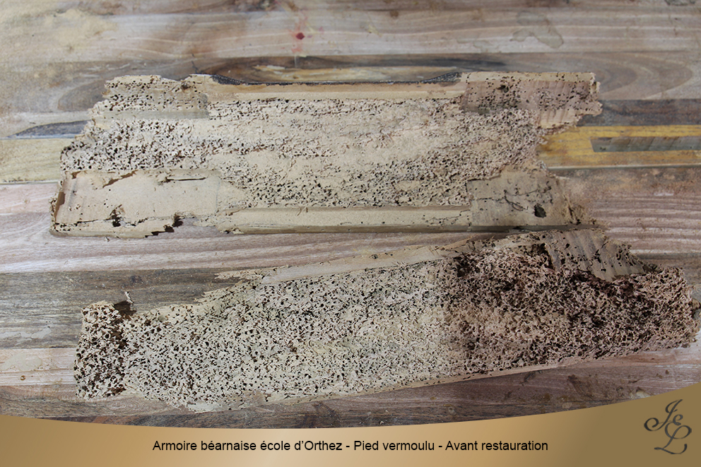 Armoire béarnaise école d'Orthez - Pied vermoulu - Avant restauration