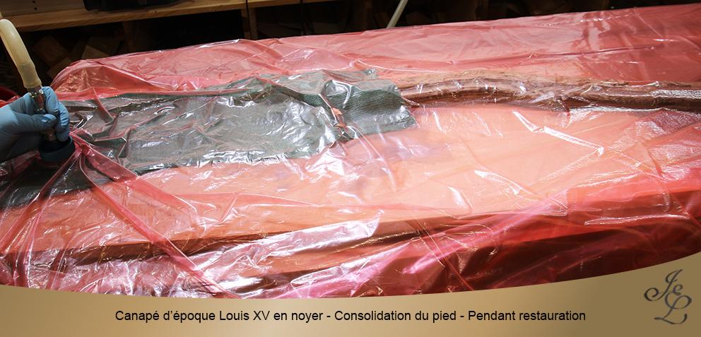 Canapé d'époque Louis XV en noyer - Consolidation du pied - Pendant restauration