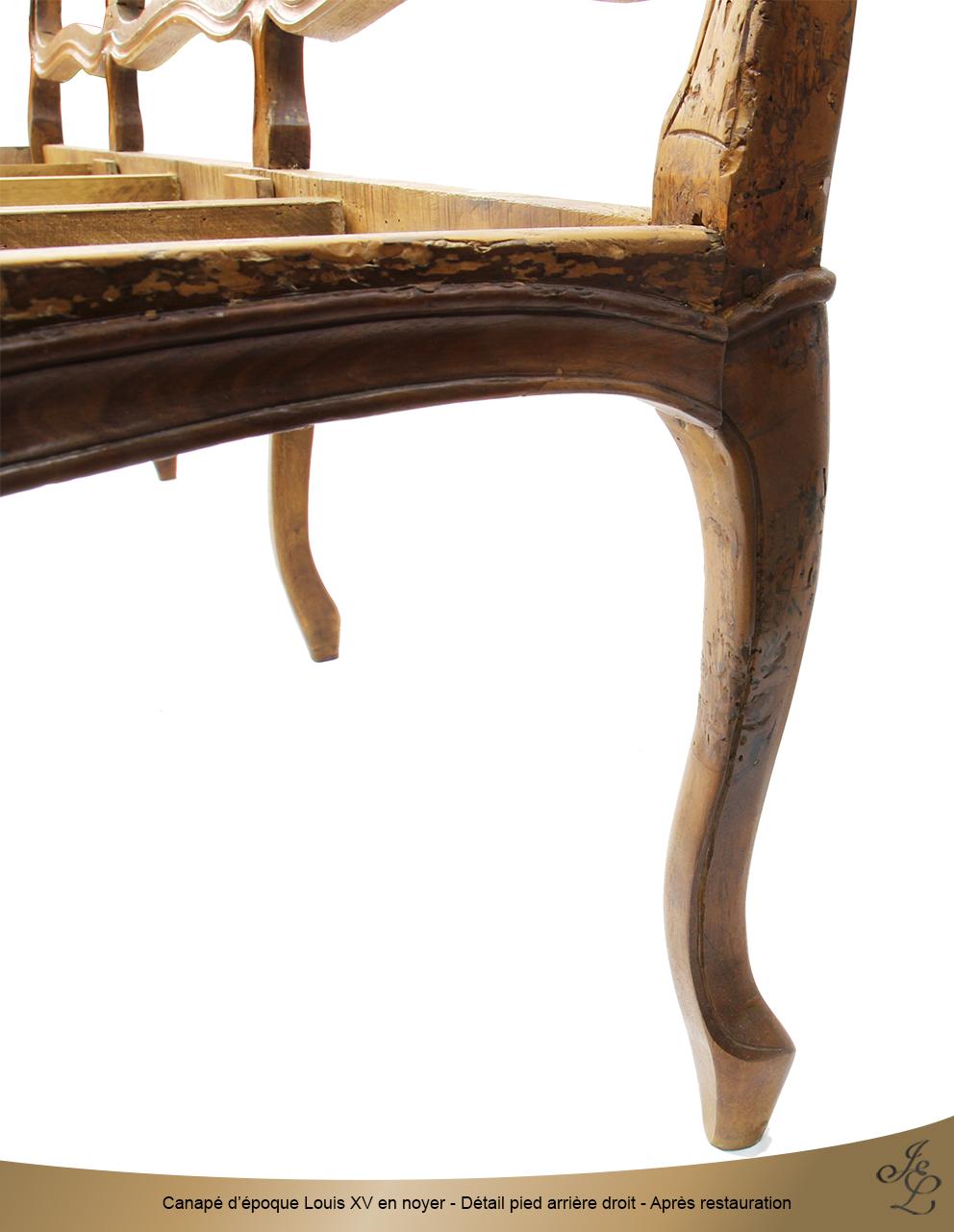 Canapé d'époque Louis XV en noyer - Détail pied arrière droit - Après restauration