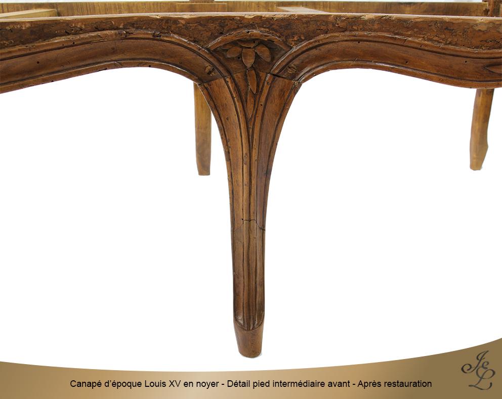Canapé d'époque Louis XV en noyer - Détail pied intermédiaire avant - Après restauration