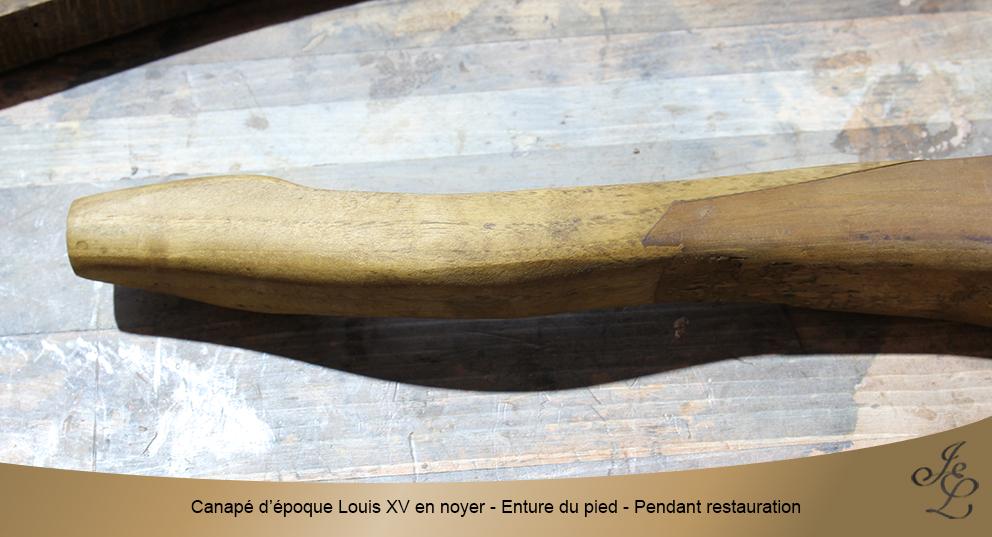 Canapé d'époque Louis XV en noyer - Enture du pied - Pendant restauration