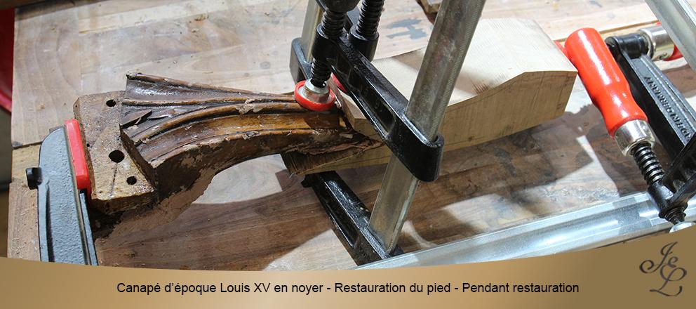 Canapé d'époque Louis XV en noyer - Restauration du pied - Pendant restauration