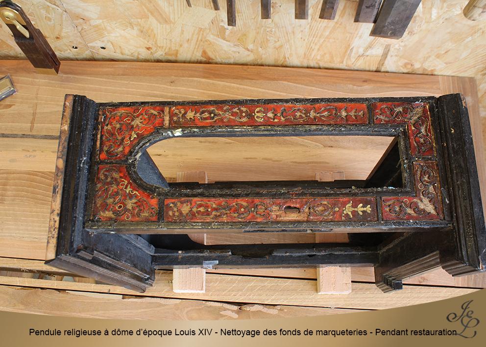 Pendule religieuse à dôme d'époque Louis XIV - Nettoyage des fonds de marqueteries - Pendant restauration